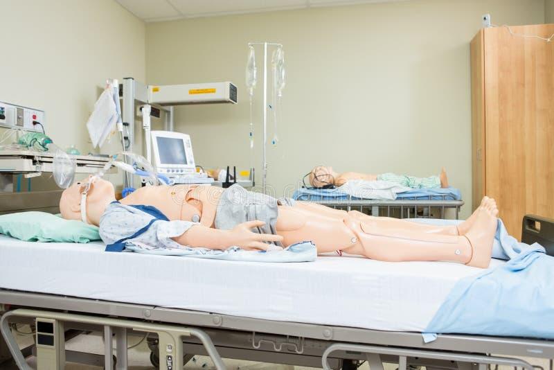 Attrapper på sjukhussäng royaltyfri fotografi