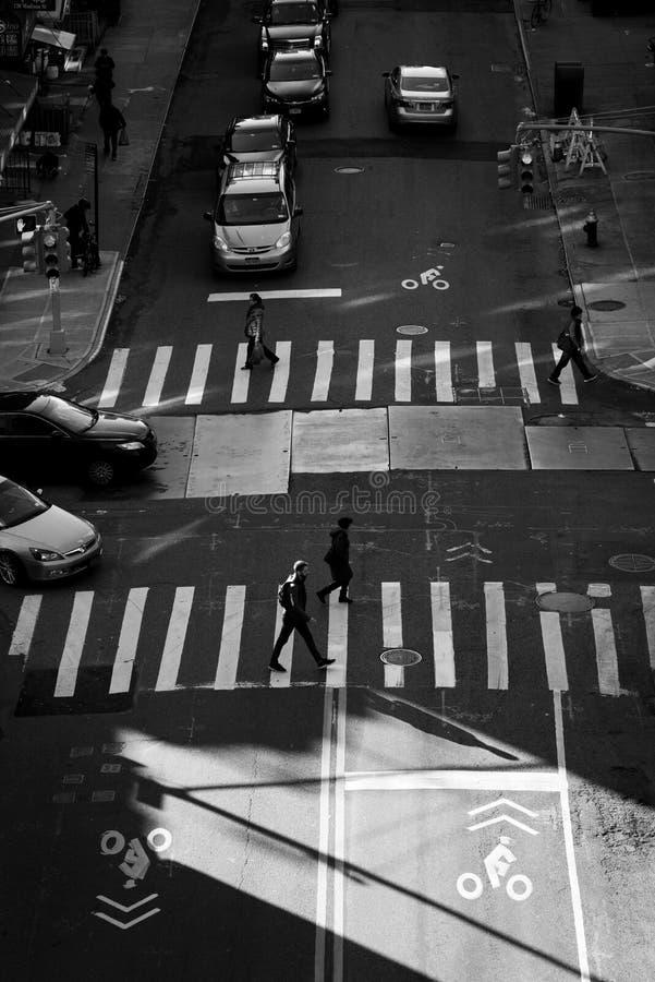 Attraversamenti ad un'intersezione in Chinatown, Manhattan, New York fotografia stock