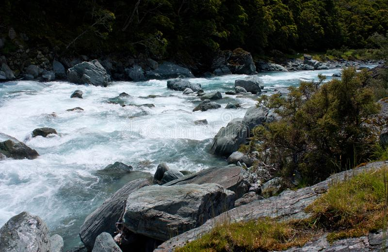 Attraversamento del fiume ad ovest di Matukituki vicino a Rob Roy Glacier vicino a Wanaka in Nuova Zelanda fotografia stock