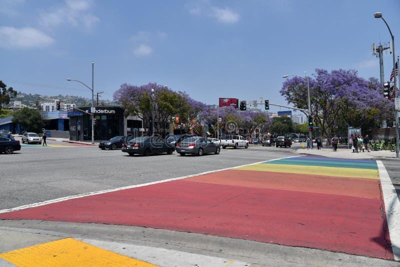 Attraversamento pedonale dipinto in gay Pride Rainbow fotografia stock
