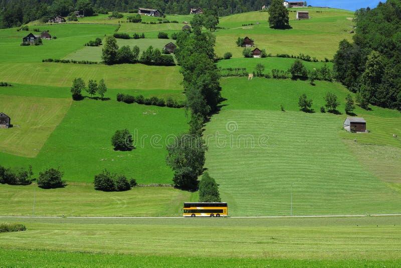 Attraversando through le montagne con il bus immagini stock libere da diritti