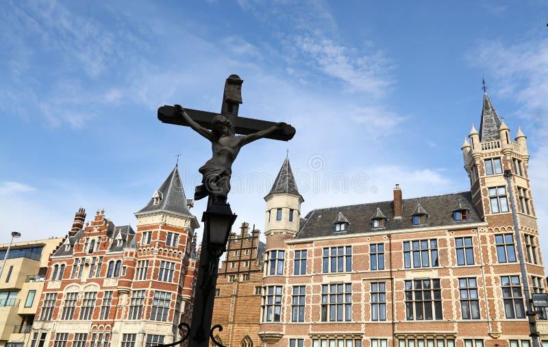 Attraversi le vecchie costruzioni di Anversa, Belgio fotografie stock