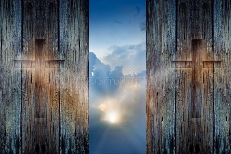 Attraversi sulla parete e sul raggio di sole di legno di speranza fotografia stock libera da diritti