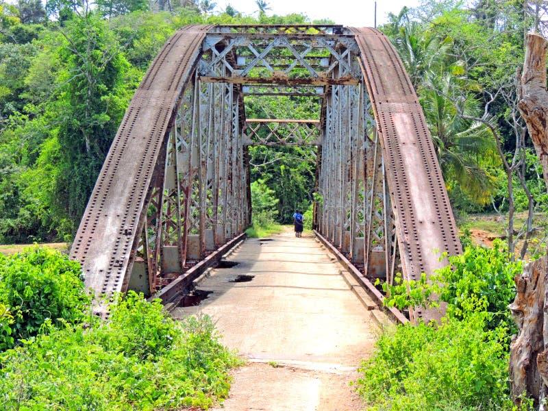Attraverso il ponte fotografia stock