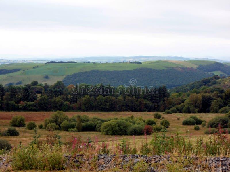 Attraverso la valle - paesaggio del fianco di una montagna di Lingua gallese immagini stock libere da diritti