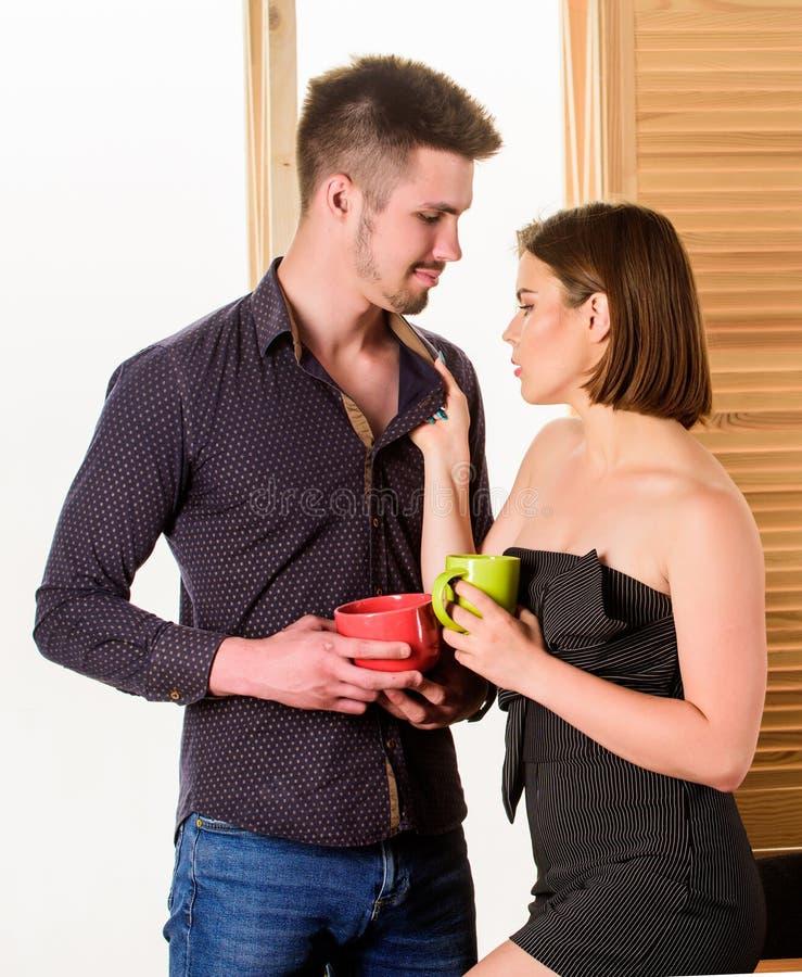 Attrazione sessuale Stimoli il desiderio sessuale Flirt e seduzione Flirtando con il collega Donna che flirta con il collega fotografie stock libere da diritti