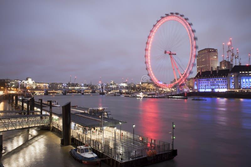 Attrazione turistica dell'occhio di Londra Foto lunga di esposizione fotografie stock libere da diritti