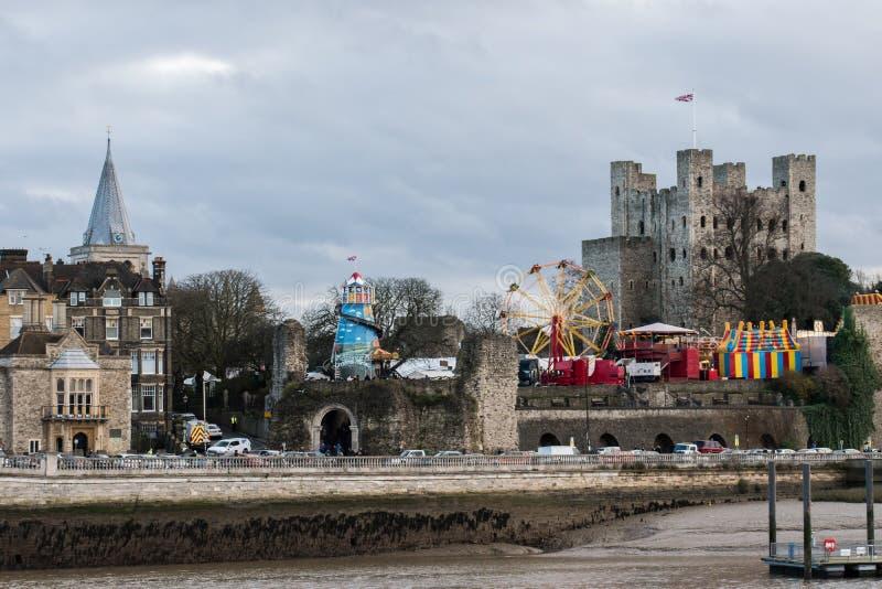 Attrazioni della fiera di divertimento davanti al castello di Rochester al festival 2018 di Natale di Rochester fotografie stock