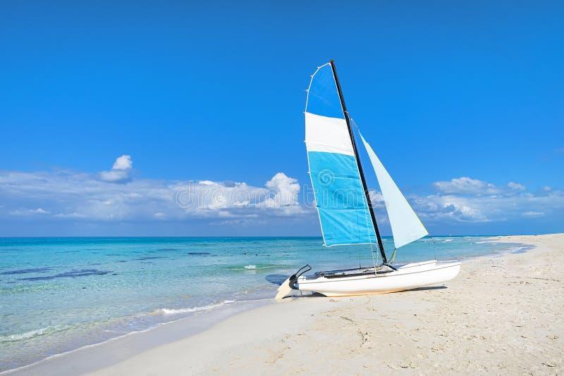 Attrazioni turistiche sulla costa caraibica Navigazione a vela sullo sfondo di una chiara acqua turchese nel mare e nel cielo immagine stock
