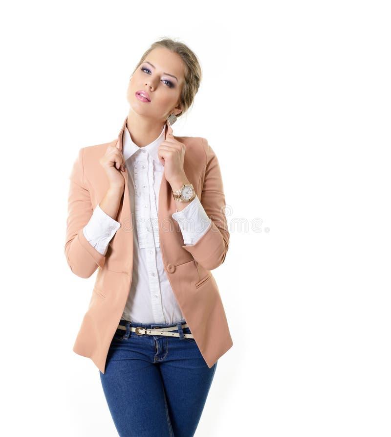 Attrctive蓝色牛仔裤、白色衬衫和夹克机智的时尚女孩 图库摄影