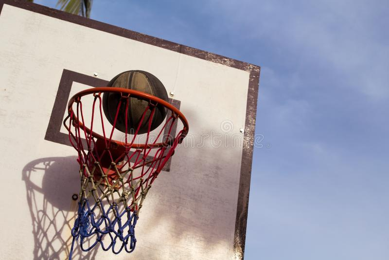 Attrezzatura all'aperto del gioco di pallacanestro Canestro e palla Merce nel carrello accurata del tiro della palla immagini stock libere da diritti