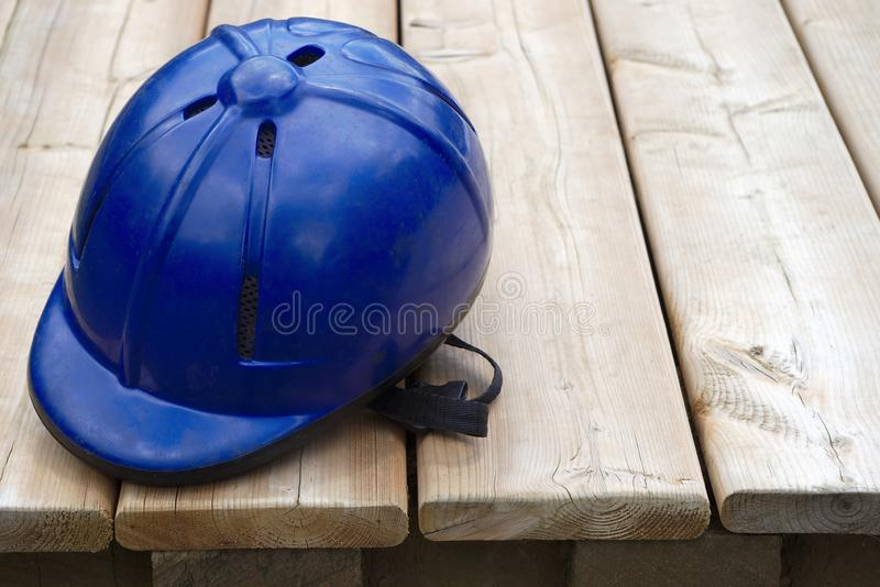 Attrezzatura blu della puleggia tenditrice di sicurezza di svago di sport equestre del casco di equitazione fotografia stock libera da diritti
