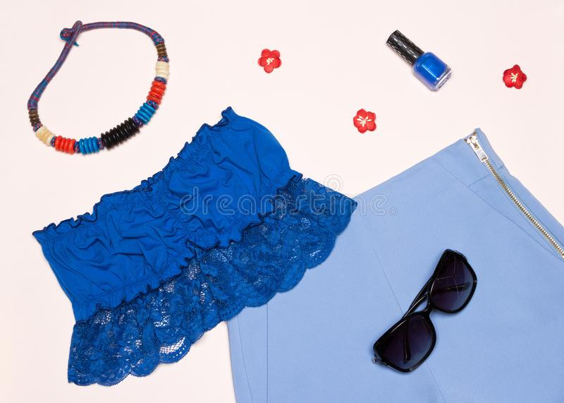 Attrezzatura d'avanguardia delle donne di estate in blu immagini stock