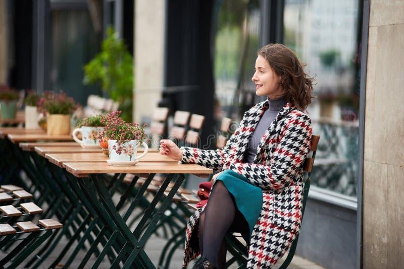 Attrezzatura d'avanguardia di autunno del primo piano della donna sensuale in caffè della via fotografia stock