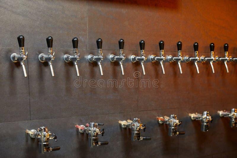 Attrezzatura della birra per l'imbottigliamento della birra fotografie stock libere da diritti