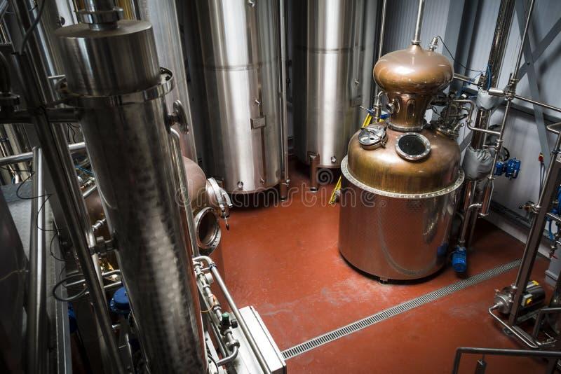 Attrezzatura della distilleria per produzione di vodka e di gin fotografia stock