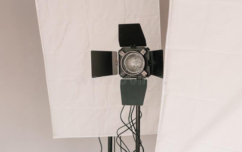 Attrezzatura della foto dello studio sugli scaffali fotografie stock