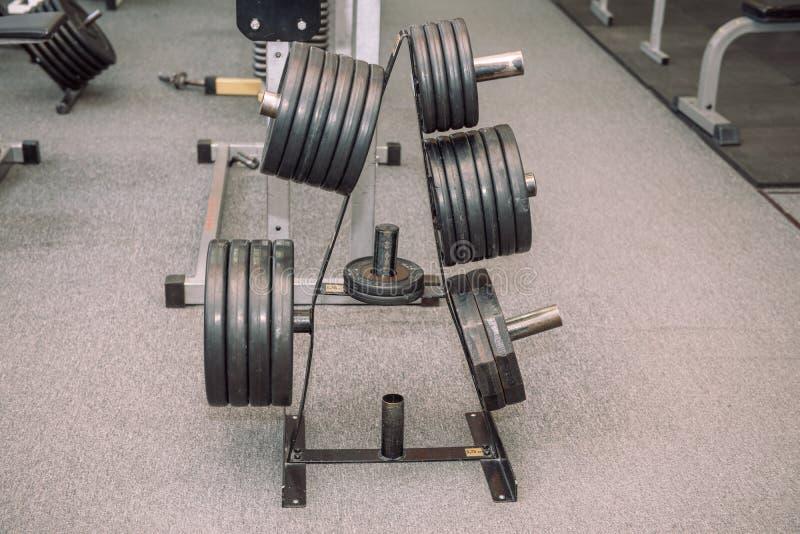 Attrezzatura della palestra Pesi, teste di legno Ginnastica weightlifting Inventario nel corridoio fotografia stock libera da diritti