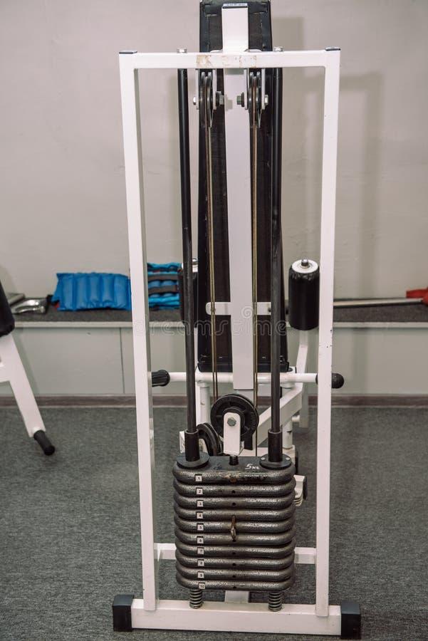 Attrezzatura della palestra Pesi, teste di legno Ginnastica weightlifting Inventario nel corridoio immagine stock