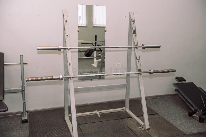 Attrezzatura della palestra Pesi, teste di legno Ginnastica weightlifting Inventario nel corridoio fotografia stock