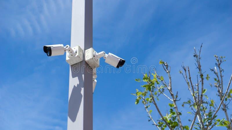 Attrezzatura della videocamera di sicurezza di sorveglianza del CCTV video sul outdoo del palo fotografia stock libera da diritti