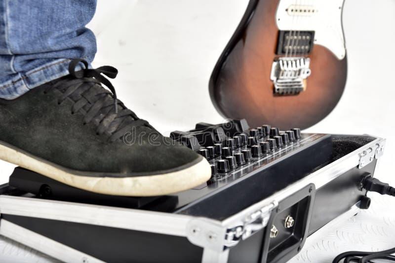 Attrezzatura di effetti della chitarra su fondo bianco fotografia stock libera da diritti