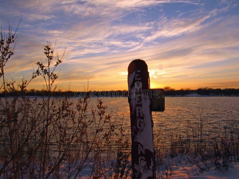 Attrezzatura di emergenza di Lakeside alla stagione sbagliata fotografia stock