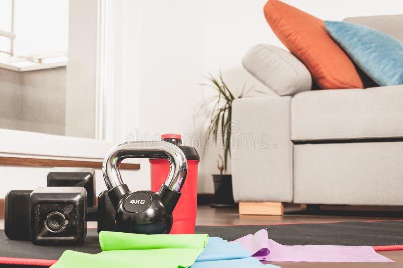 Attrezzatura di forma fisica per la donna nella casa per l'allenamento domestico fotografia stock