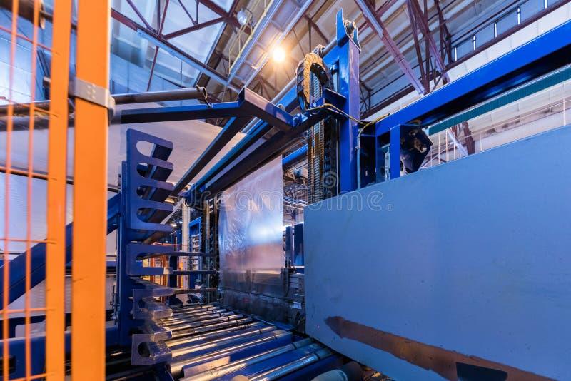 Attrezzatura di industria di produzione della vetroresina al fondo di fabbricazione fotografie stock libere da diritti
