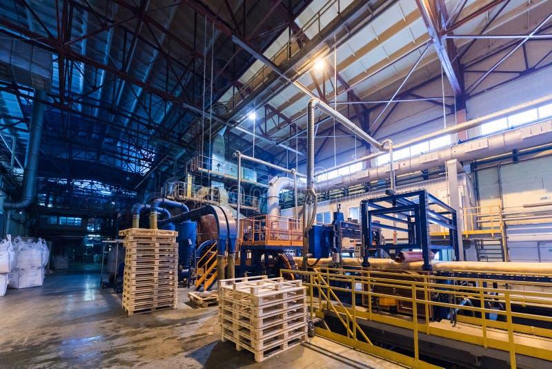 Attrezzatura di industria di produzione della vetroresina al fondo di fabbricazione immagine stock