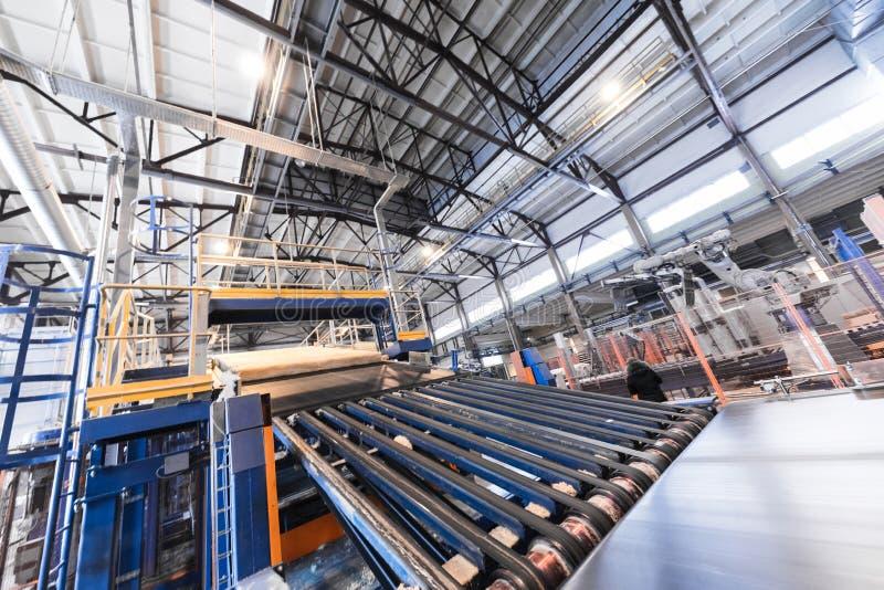 Attrezzatura di industria di produzione della vetroresina al fondo di fabbricazione immagini stock libere da diritti