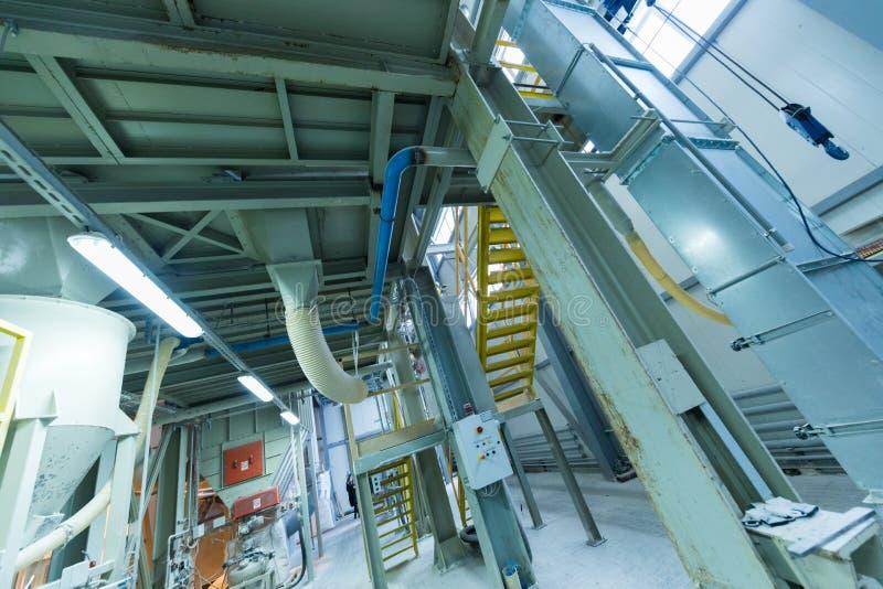 Attrezzatura di industria di produzione della vetroresina al fondo di fabbricazione immagine stock libera da diritti