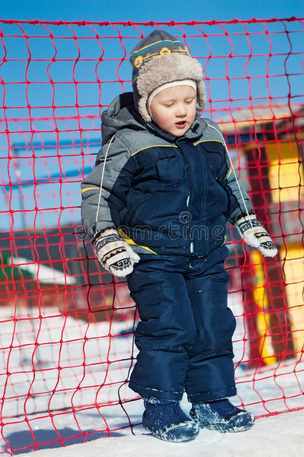 Attrezzatura di inverno della stazione sciistica di attività di divertimento dei bambini immagine stock
