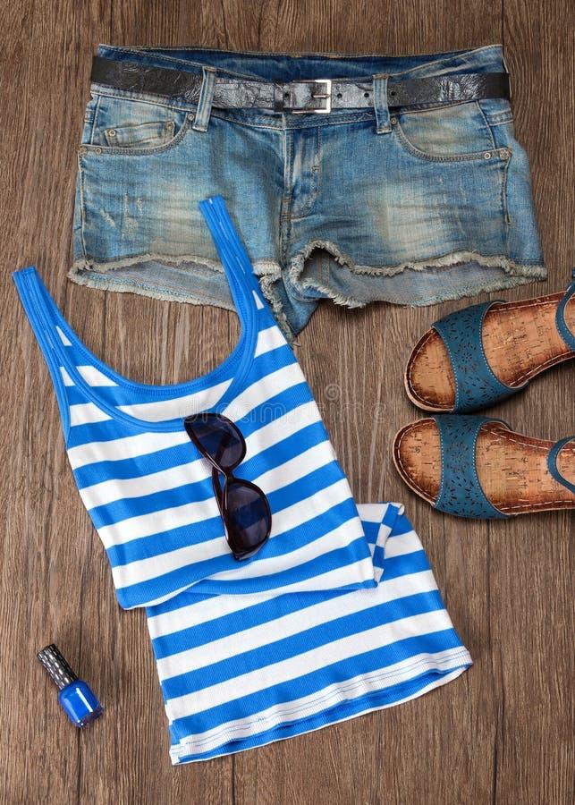Attrezzatura di modo di estate per le donne nei toni blu fotografie stock