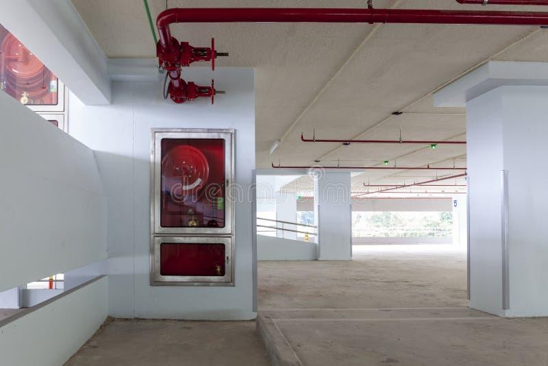 Attrezzatura di protezione antincendio nella scatola in fabbricato industriale, parcheggio fotografia stock