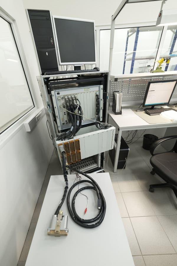 Attrezzatura di prova per verificare ed il controllo i cavi e dei connettori elettronici fotografie stock libere da diritti