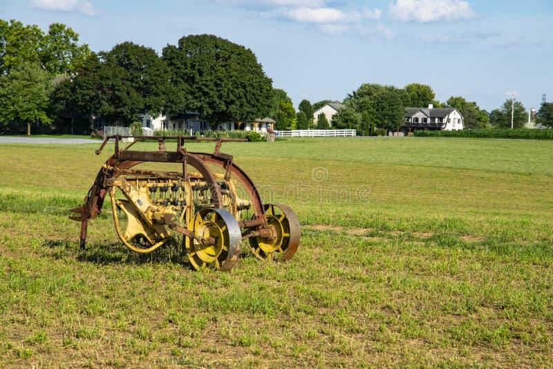 Attrezzatura di raccolta di Amish nel campo fotografia stock libera da diritti