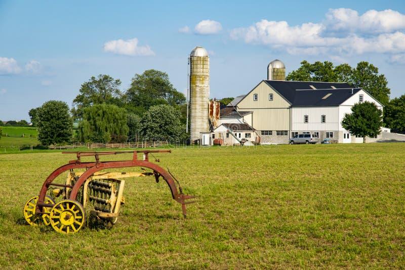 Attrezzatura di raccolta di Amish nel campo immagine stock