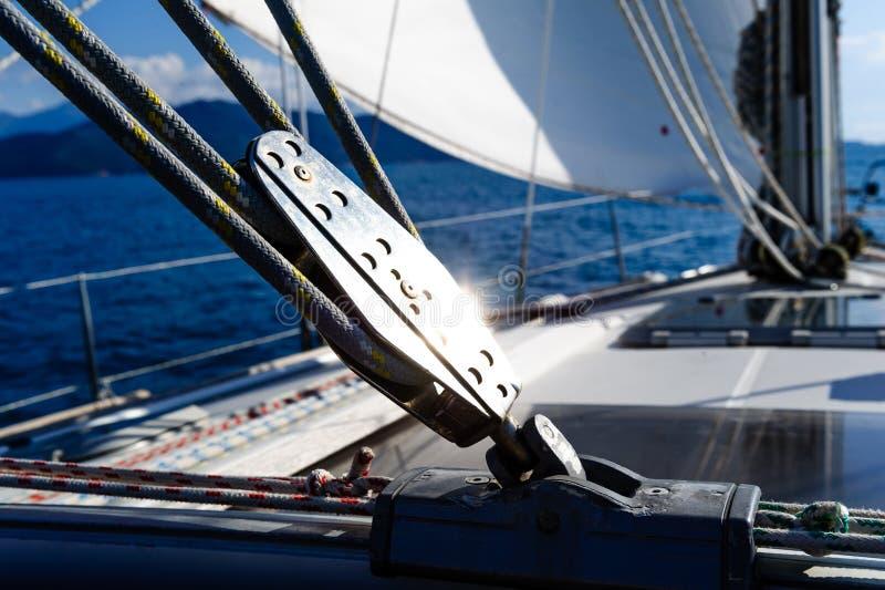 Attrezzatura di sartiame dell'yacht di navigazione fotografie stock libere da diritti
