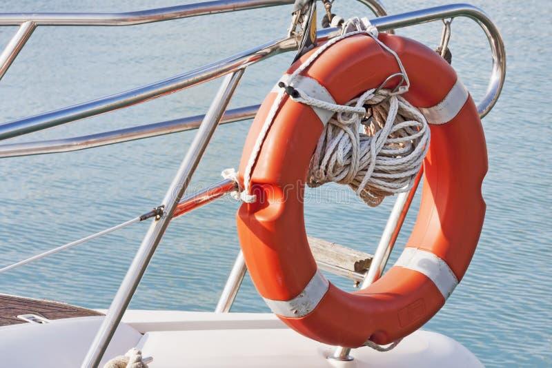 Attrezzatura di sicurezza: lancia di salvataggio nell'arco di una barca a vela immagine stock