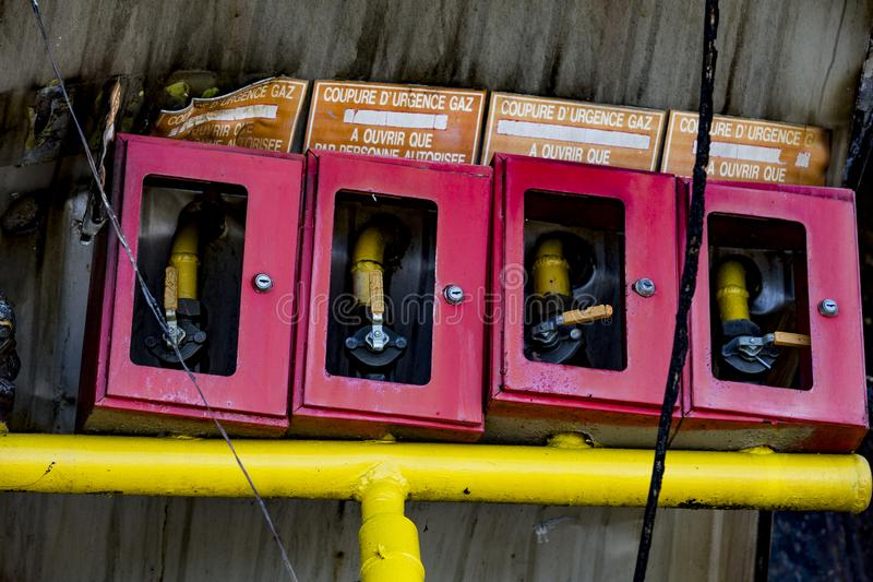 Attrezzatura di sistema nociva di protezione antincendio dello spruzzatore del supermercato dopo il fuoco di incendio doloso con  fotografia stock libera da diritti