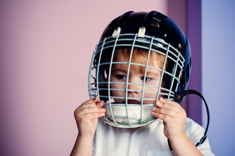 Attrezzatura di sport Casco di rugby o dell'hockey Infanzia di sport Stella di sport futura Educazione e carriera di sport Bambin fotografia stock libera da diritti