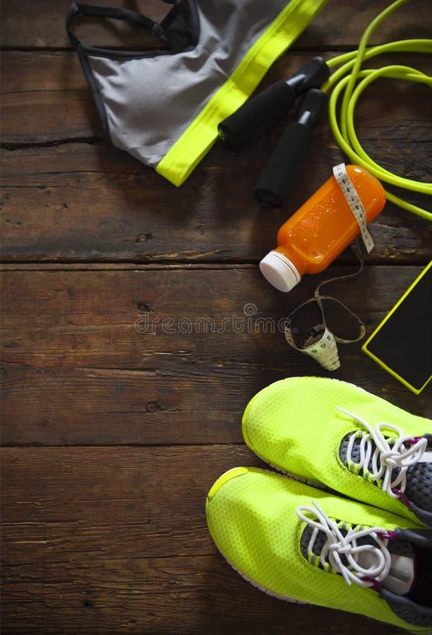 Attrezzatura di sport femminile su un fondo di legno Mette in mostra gli oggetti: sne immagini stock