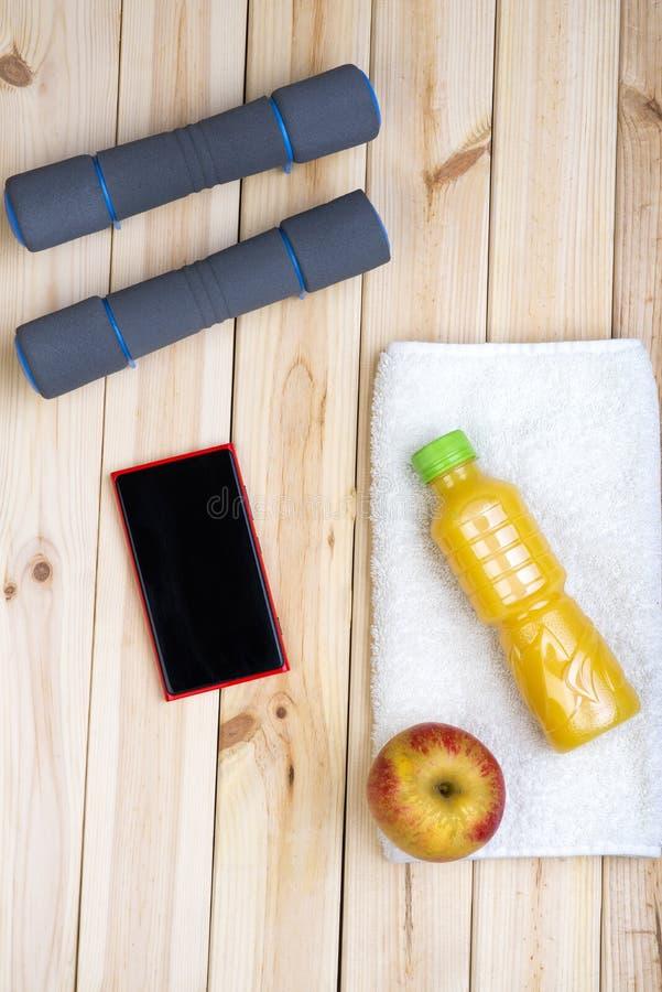 Attrezzatura di sport Teste di legno, succo, asciugamano fotografia stock