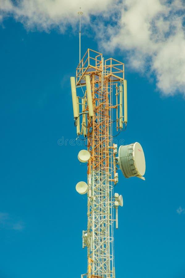 Attrezzatura di telecomunicazione su un fondo del cielo blu Antenna direzionale per i telefoni cellulari Il concetto della radio immagini stock libere da diritti