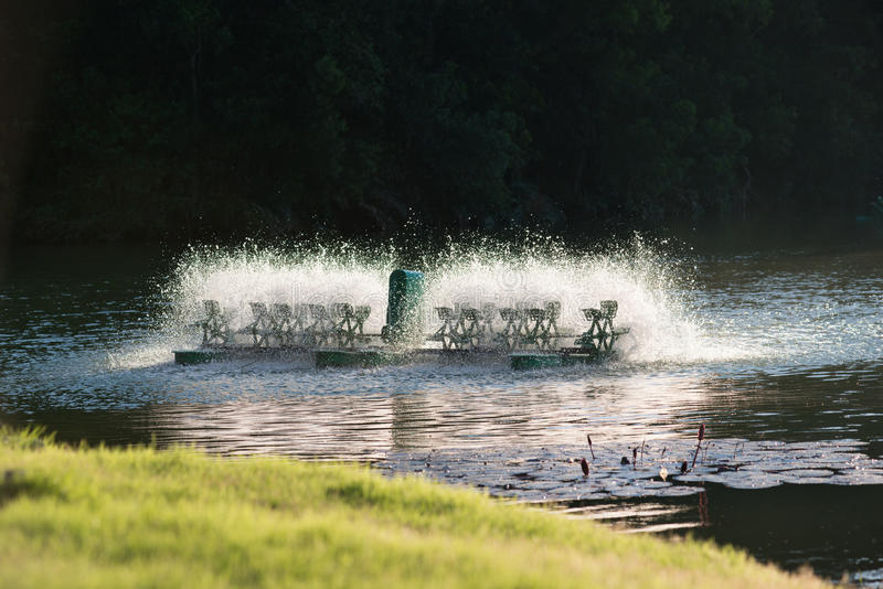 Attrezzatura di trattamento delle acque, turbine dell'acqua con le pagaie di plastica immagini stock