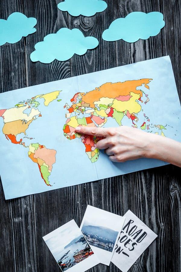 Attrezzatura di turismo dei bambini con la mappa ed immagini su fondo scuro immagine stock