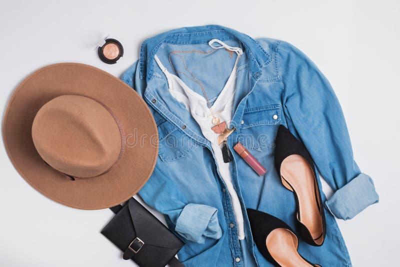Attrezzatura femminile alla moda moderna con la camicia del denim, le scarpe della pelle scamosciata ed il cappello piani immagine stock