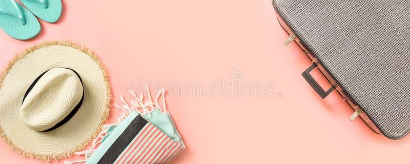 Attrezzatura femminile per la spiaggia e la valigia d'annata per il viaggio sul rosa con spazio per testo Concetto di estate immagine stock