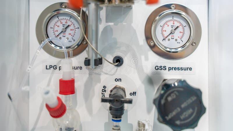 Attrezzatura industriale del manometro in laboratorio fotografia stock libera da diritti